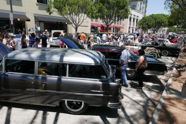骨董車展吸引大量遊客。(記者李雪/攝影)