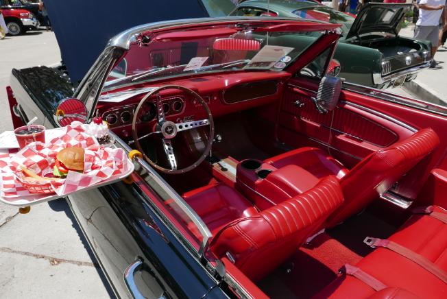 一輛1965年福特野馬,被車主擺上60年代快餐店提供的車窗餐盤。(記者李雪/攝影)