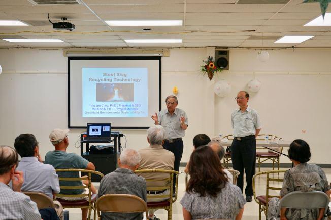卓英仁(左)與曾正茂向民眾講解環境科技新技術。(記者陳開/攝影)