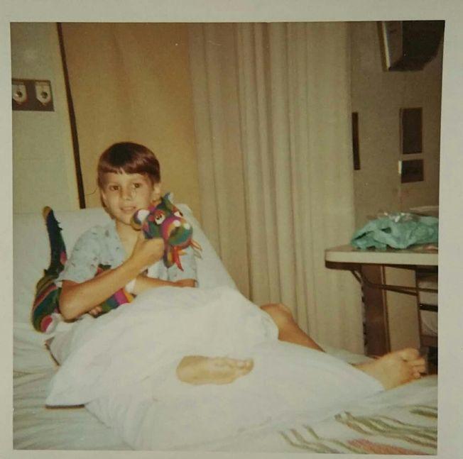 福斯特少年時遭電擊在病床上圖片。(福斯特提供)