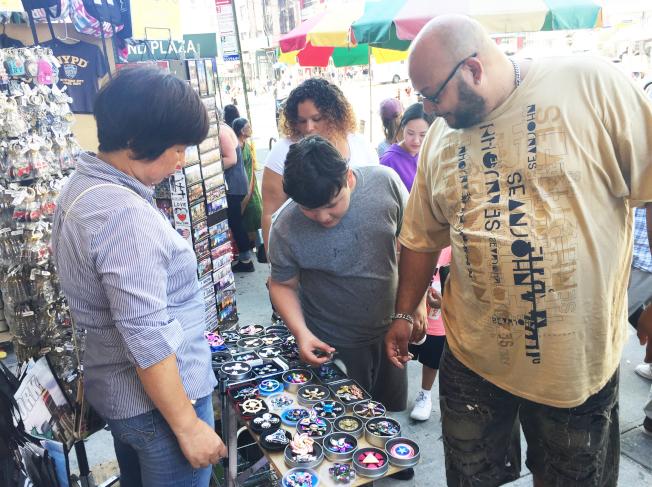 堅尼路上的每家店都售賣指尖陀螺,吸引眾多顧客。(記者俞姝含/攝影)