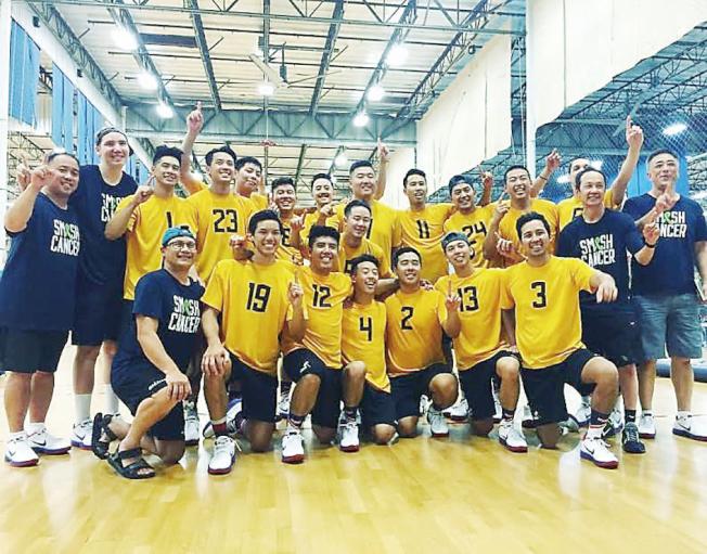 在華埠長大的雷班森(後排左一),是舊金山華埠男子排球隊教練。(僑社記者謝潤琴提供)