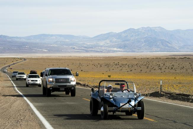 加州死亡谷氣溫將高達華氏120度,遊客絡繹不絕前往感受高溫。(Getty Images)