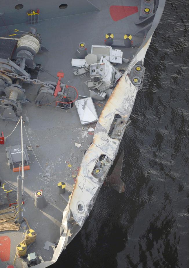 與費茲傑羅號相撞的貨櫃輪ACX Crystal,船頭有大片擦傷痕跡。(美聯社)