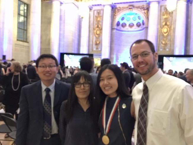 來自科羅拉多州的于安琪領獎後和父母及歷史科老師柏格曼(Matt Borgmann,右一)合影。柏格曼說,安琪是他執教鞭後,第一位獲得總統獎的學生。(特派員許惠敏/攝影)