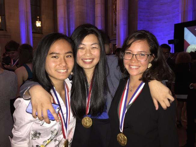 南卡陳佳寧(左一)和新澤西州的郭慧奕(中)都是今年可口可樂學者,又正好同獲總統學者獎,右是馬來華裔移民後代Faith Koh。(特派員許惠敏/攝影)