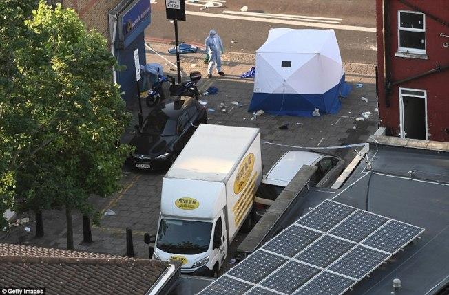 倫敦再爆死亡車恐襲,一人死亡,這是恐襲嫌疑人駕駛的白色休旅車。(Getty Images)