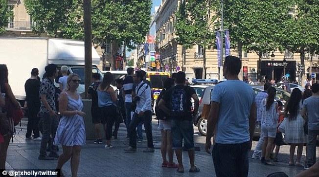 巴黎警方19日封鎖了觀光熱點香榭麗舍大道。(推特)