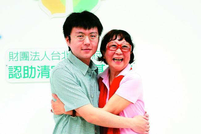 林朋霖羞澀的給認助人邱淑怡一個擁抱,謝謝她多年的關心與認助。(記者吳思萍/攝影)
