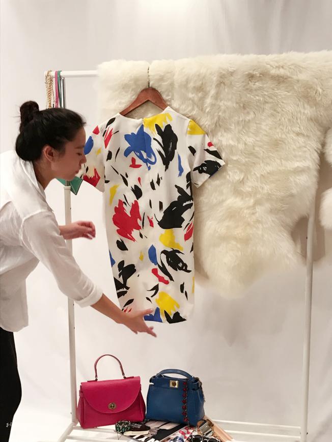 小齊仔細整理衣服。