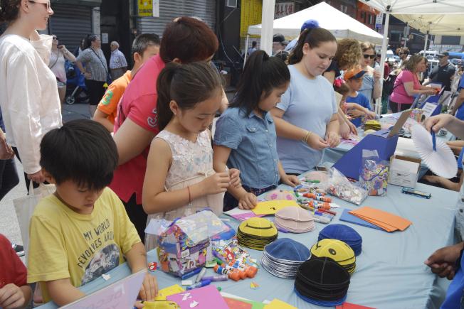 「蛋卷、蛋奶及餡餅節」寓教於樂共享多元文化,吸引上萬民眾參與。(記者俞姝含/攝影)