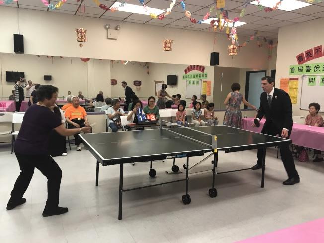 康德全(右)與華裔耆老們進行乒乓球比賽。(華康會提供)