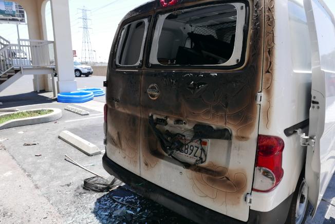 案發房間已被完全炸毀,正對該房門窗的一輛汽車車尾也因此燒焦。(記者李雪/攝影)