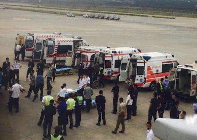 東航航班逾20名乘客受傷,飛機降落昆明機場後,等候在停機坪的救護車接走受傷乘客。(取材自微博)