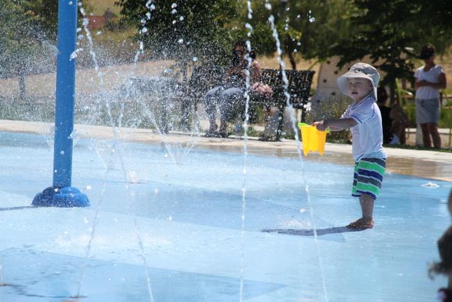 灣區熱浪來襲,不少小朋友都在公園玩水。(記者李榮/攝影)