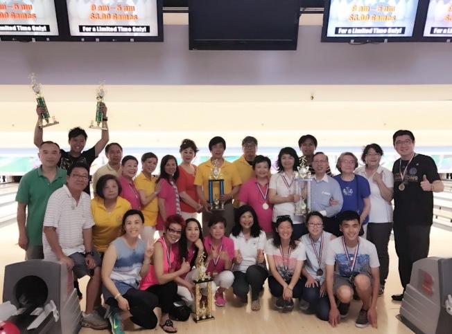 華運會保齡球賽在聖荷西舉行,多位僑領到場開球。婦聯會與中國國民黨直一隊並列團體組第一。(記者李榮/攝影)