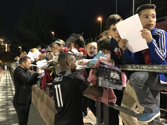 舊金山三角洲隊11號邊鋒球員迭戈和主教練桑托斯在賽後為眾多小球迷簽名。(記者黃少華/攝影)
