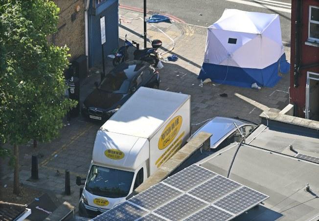 在芬斯伯瑞公園撞人的廂型車,旁邊已搭起鑑識帳篷。(歐新社)