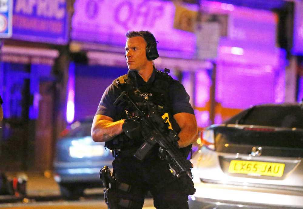 英國警察守衛發生死亡車恐襲的倫敦穆斯林社區。(路透)