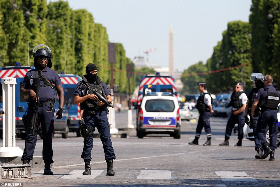 巴黎警方19日封鎖了觀光熱點香榭麗舍大道。(歐新社)