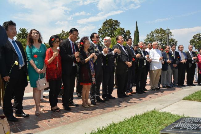 南加州僑界24日在蒙市中美抗戰紀念碑前舉辦向第二次世界大戰中美殉國英靈致敬典禮,紀念七七抗戰80周年。(記者楊青/攝影)