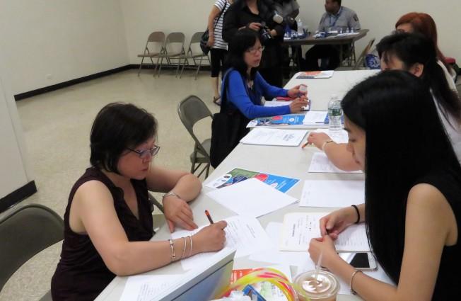 25日在曼哈頓華埠舉辦的「壽星花園療養院集團大型招聘會」上,求職者當場填寫申請表。(記者陳小寧/攝影)