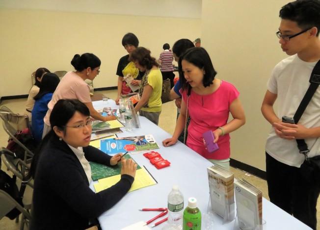 25日在曼哈頓華埠舉辦的「壽星花園療養院集團大型招聘會」上,求職者向招聘人員問詢招聘細節。(記者陳小寧/攝影)