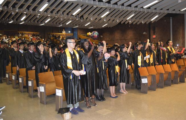 下東城高中畢業典禮,97名學生光榮畢業。(記者俞姝含/攝影)
