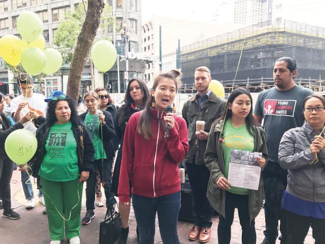 華人進步會協調員藺雲鷺(Lucia Lin)支持提升最低時薪的立法。(記者黃少華/攝影)