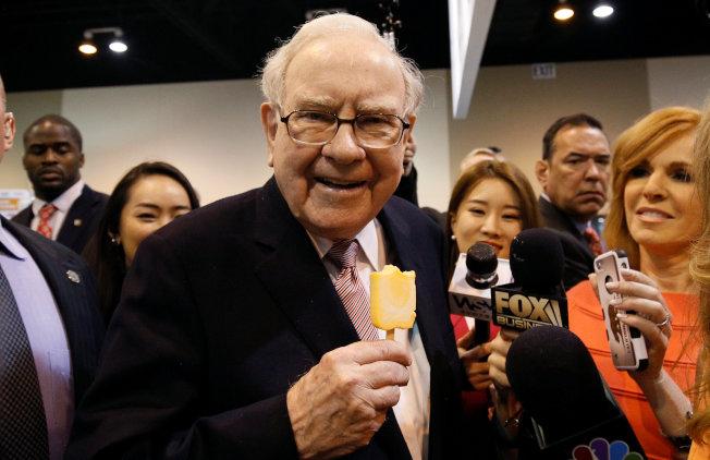 巴菲特說,美國經濟最大問題是財富過度集中在金字塔頂端的人。(路透)