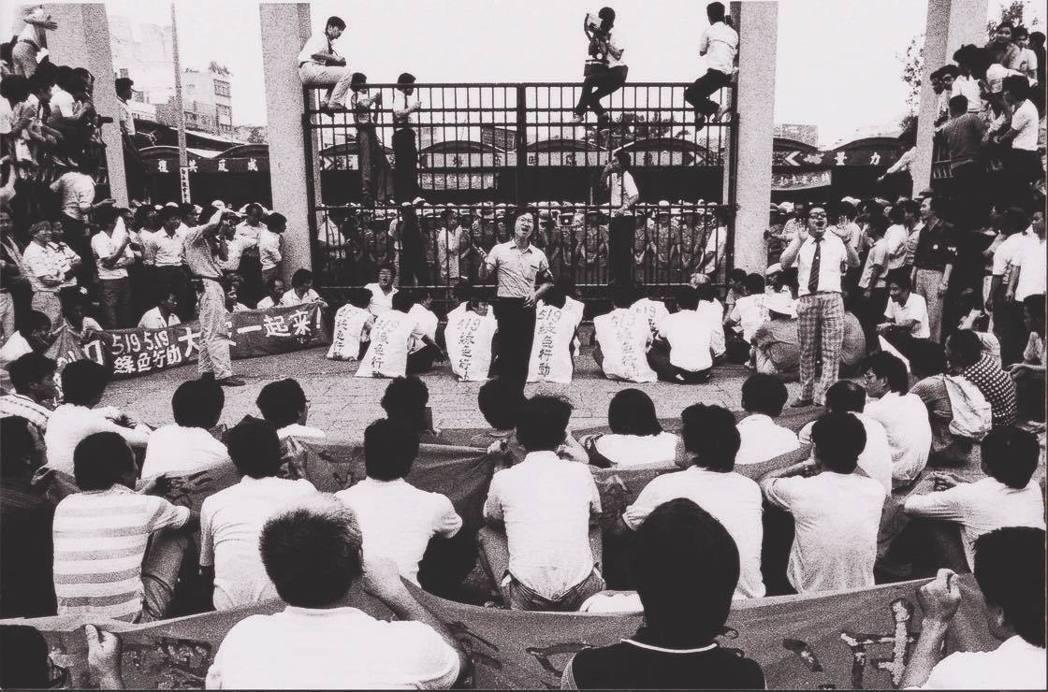 1986年在台北龍山寺要求解除戒嚴的「519綠色行動」示威。(取自蔡英文臉書)