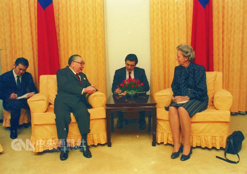 1986年10月7日,蔣經國接受「華盛頓郵報」發行人葛蘭姆訪問,透露將解除戒嚴,擔任英文翻譯的是前總統馬英九。 (中央社)