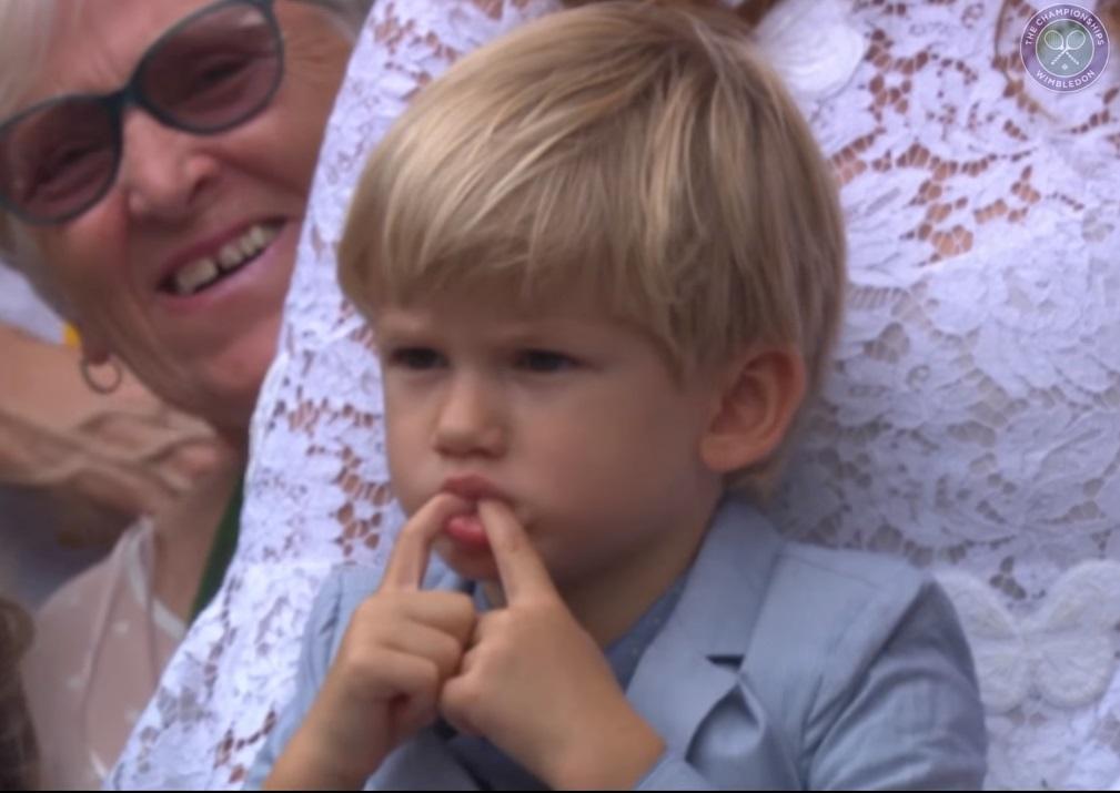 費德勒的兒子在場邊賣萌。(截自溫布頓影片)