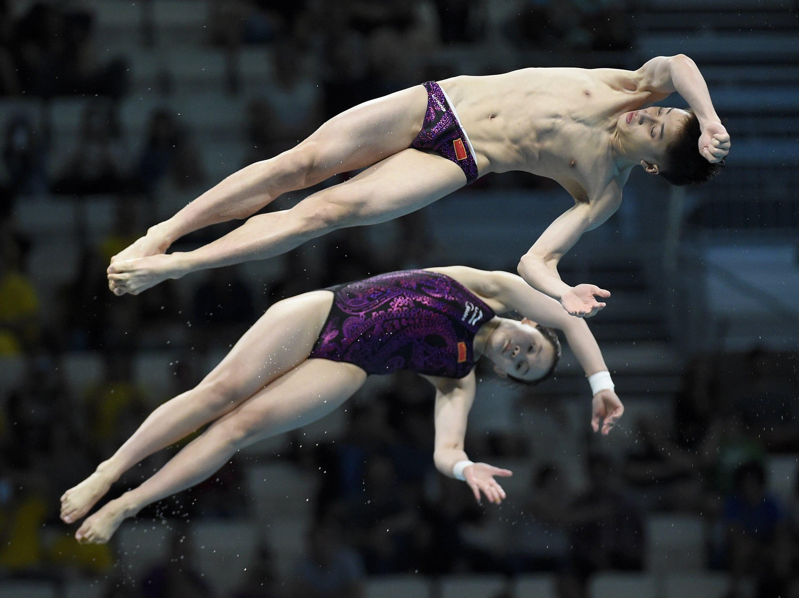中國選手任茜和練俊傑在混合雙人10公尺高臺跳水項目獲得金牌。(歐新社)
