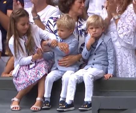 費德勒的隻胞胎兒子吮指畫面超可愛。(截自溫布頓影片)