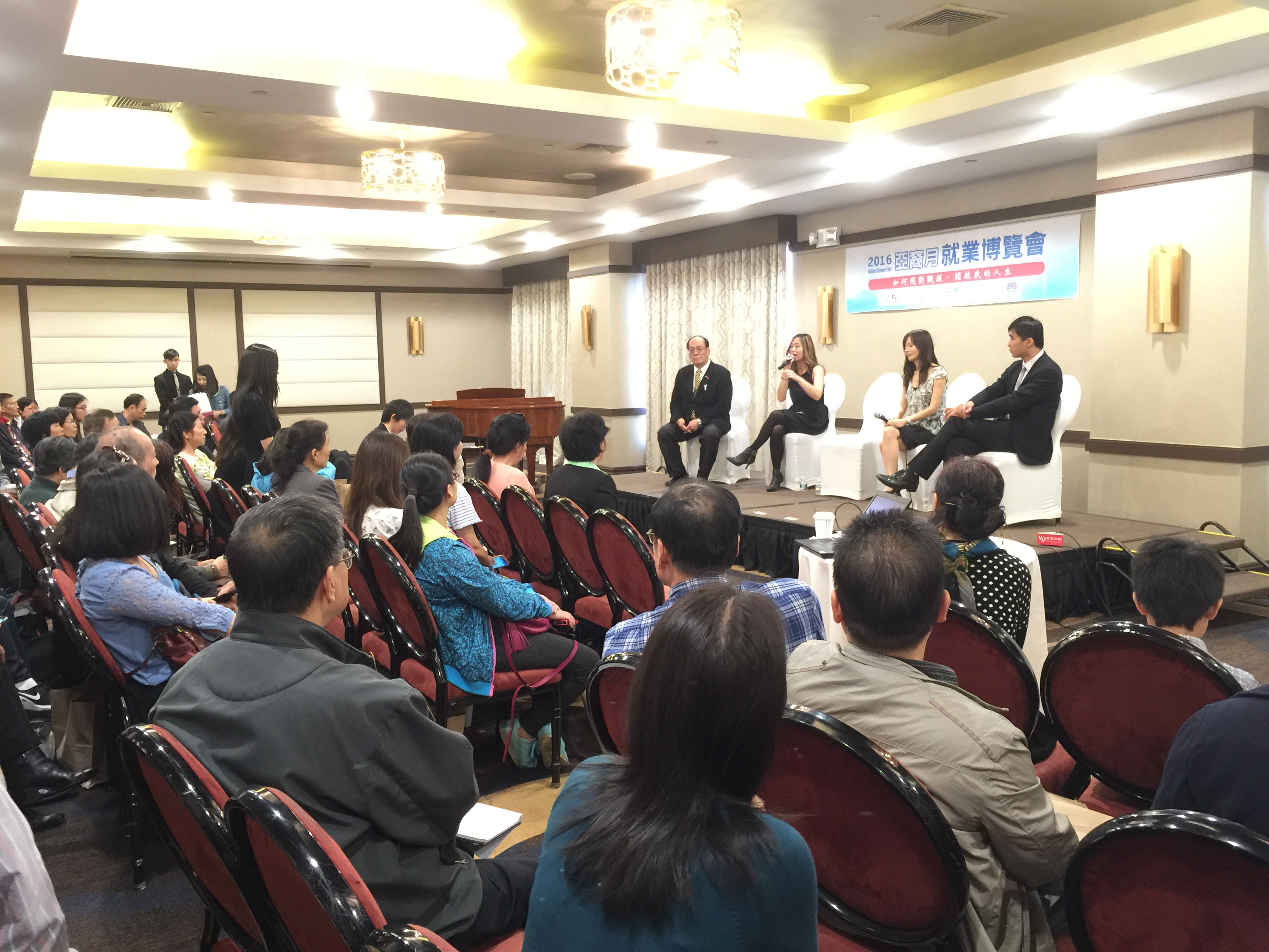 內文圖-每年五月世界日報主辦就業博覽會幫助華裔社區求職就業