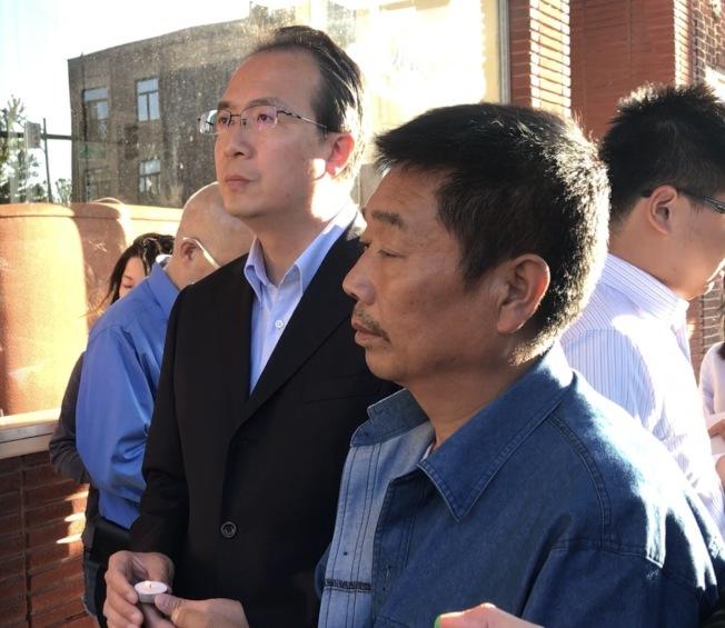 洪磊(左)日前參加了芝加哥福建同鄉會舉行的「祈禱章瑩穎平安返家燭光會」,圖右為章瑩穎父親章榮高。(記者黃惠玲/攝影)