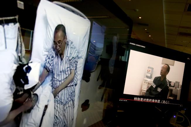 據信是中國官方6月29日流出的劉曉波在病床的視頻畫面。(美聯社)