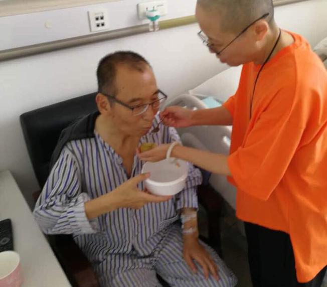 這張7月3日公布的照片顯示劉霞正在照顧被保外就醫的丈夫劉曉波。(美聯社)