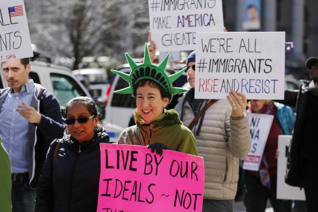 ICE內部一份備忘錄出土,說明為何仍有越來越多人無犯罪紀錄者被拘捕遣返。圖為維權團體今年4月時在紐約的示威。(Getty Images)