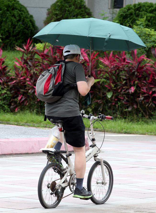 慢性疾病患者應避免在正午或烈日下外出,白天至戶外穿寬鬆衣服,並戴帽子遮陽。(本報資料照片)