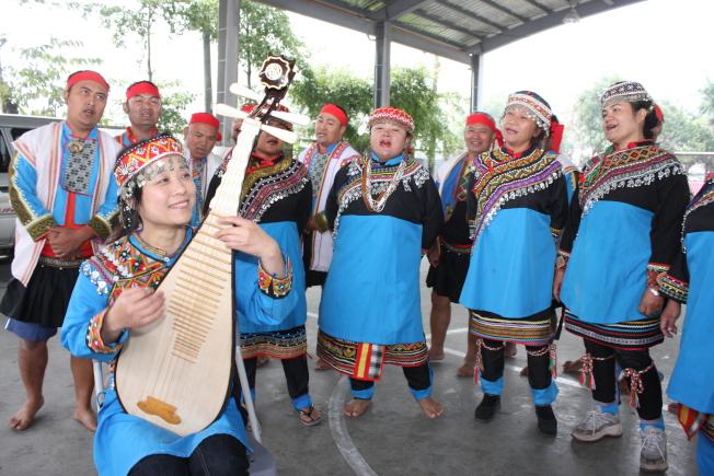 吳蠻與台灣原居民在演奏。