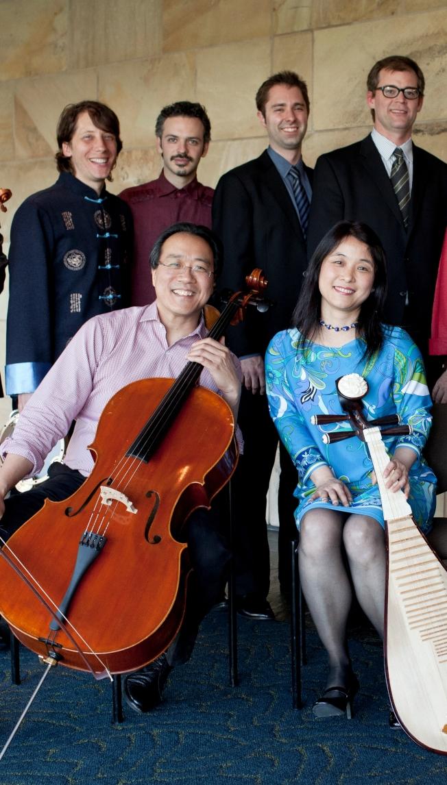 吳蠻(前右一)、馬友友(前右二)與絲路樂團成員。