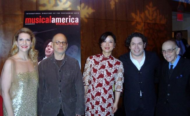 2013美國年度音樂家得獎人合影,居中者為吳蠻。