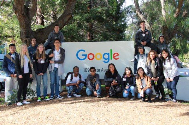 聖荷西「東邊聯合高中學區」上學年招收的15名國際學生到各大學和企業校外教學。(圖:東邊聯合高中學區提供)