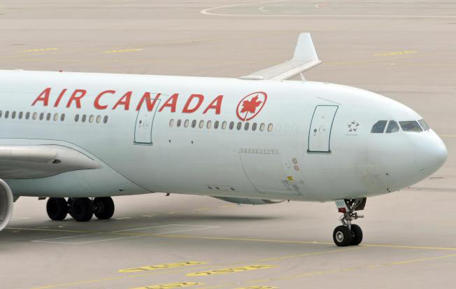 加拿大航空班機的機長日前降落舊金山國際機場時,差一點將班機誤降在指定跑道以外的滑行道,躲過一場慘烈的浩劫。(Getty Images資料照片)