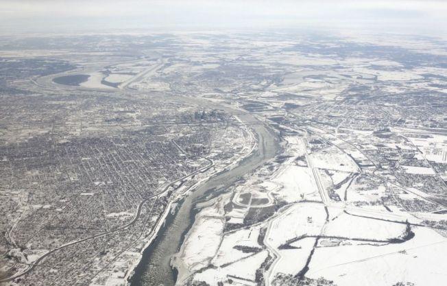 北極氣溫升高影響大氣環流,導致中緯度地區頻頻出現嚴寒天氣。圖為2014年年初遭冰雪覆蓋的密西西比河。美聯社 美聯社