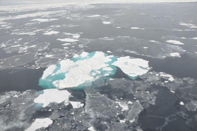 北極氣溫不斷升高導致海冰融化數量變多,圖為白令海中海冰消融的情形。 美聯社