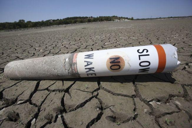全球暖化嚴重導致極端氣候,圖為2011年美國德州班布魯克湖乾涸見底。 美聯社
