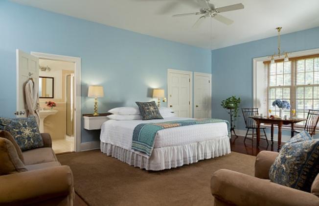 夏季室內布置應保持整潔簡單,使用冷色調,並可放置綠色植物。(Getty Images)